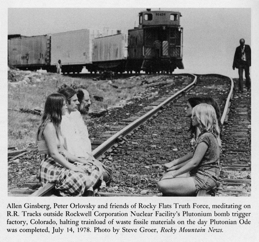 Allen Ginsberg, Peter Orlovsky et des amis de la Rocky Flats Truth Force, méditant sur les voies de chemin de fer à l'extérieure de la Rockwell Corporation Nuclear Facility's Plutonium dans le Colorado.