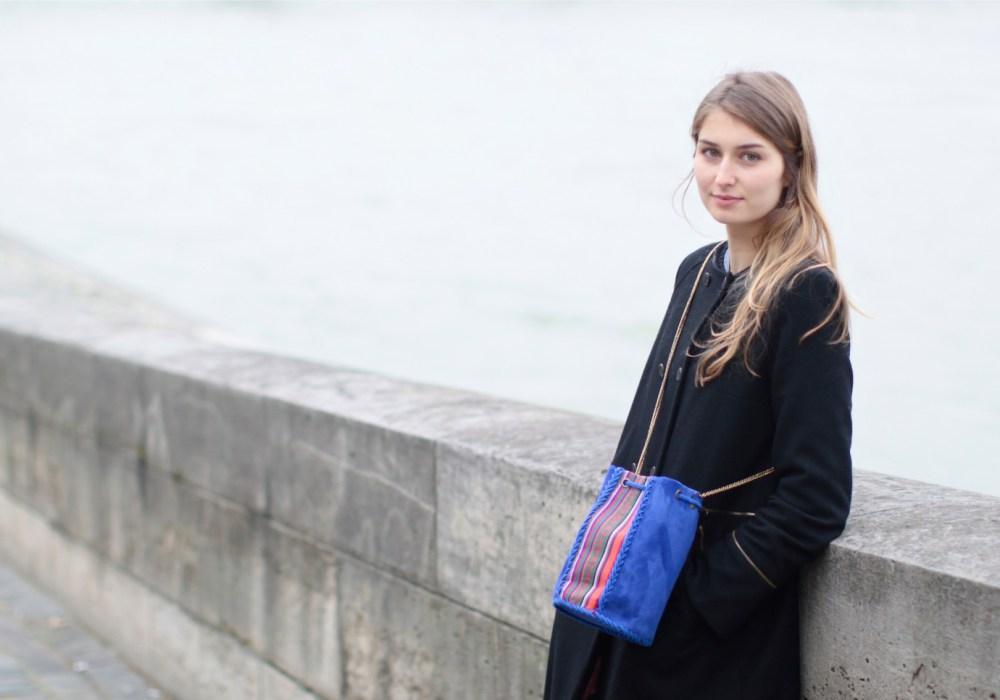 cropped-alice-profil-couleurs-sac-bleu-bords-de-seine