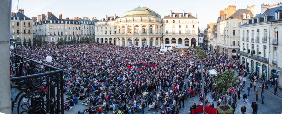 La diffusion en direct de La Traviata sur la Place de la Mairie © Laurent Guizard